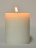 与火焰的白色蜡烛 免版税库存图片
