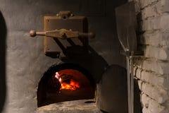 与火燃烧的黑土气铁火炉 库存照片