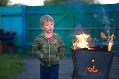 与火的儿童游戏在格栅 图库摄影
