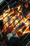 与火的灼烧的木炭在与格栅的火炉在上面在曼谷,泰国 库存图片