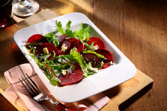 与火箭的新鲜的甜菜根沙拉 库存照片