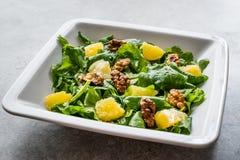 与火箭队叶子、桔子和核桃/芝麻菜或Rucola的沙拉 免版税库存图片