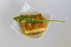 与火箭(玉米粉薄烙饼de patatas)的西班牙土豆煎蛋卷 免版税图库摄影