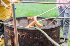 与火罐和有些香肠的烤肉在棍子 免版税库存照片