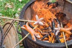 与火罐和有些香肠的烤肉在棍子 库存图片