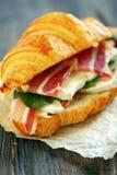 与火腿和乳酪接近的三明治 免版税库存图片