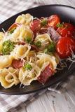 与火腿和巴马干酪特写镜头的意大利意大利式饺子 垂直 免版税库存图片