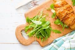 与火腿咸味干乳酪芝麻菜的三明治新月形面包 库存照片