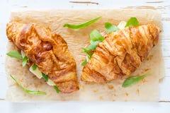 与火腿咸味干乳酪芝麻菜的三明治新月形面包 免版税库存图片