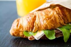 与火腿咸味干乳酪芝麻菜的三明治新月形面包 库存图片