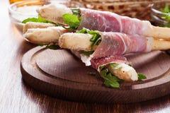 与火腿熏火腿、无盐干酪和芝麻菜的意大利grissini 库存图片