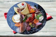与火腿菜和癌症的混杂的典型的意大利开胃小菜 图库摄影