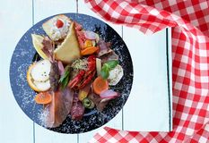 与火腿菜和癌症的混杂的典型的意大利开胃小菜 库存照片