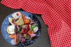 与火腿菜和癌症的混杂的典型的意大利开胃小菜 库存图片