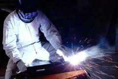 与火花的专业焊工焊接钢在车间有拷贝空间背景 行业概念 免版税库存照片
