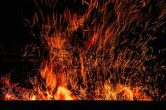 与火花的壁炉在黑暗 免版税库存图片