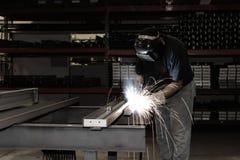 与火花的工业焊接 免版税库存照片