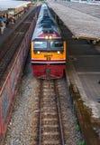 与火车旅行的泰国铁路 免版税库存图片