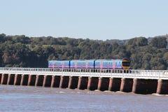 与火车的接踵而来的浪潮在Arnside高架桥 免版税库存图片