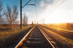 与火车站的工业风景在日落 库存照片