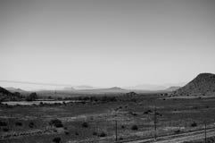 与火车艰苦跋涉的大草原风景,自由州,南非 免版税库存图片