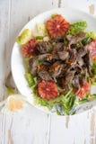 与火鸡肝脏、蘑菇和红色桔子的沙拉 库存图片