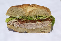 与火鸡胸脯、莴苣和蕃茄的百吉卷三明治 免版税库存图片