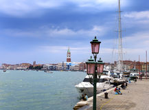 与灯、小船和游人2010年9月24日的堤防在威尼斯意大利 免版税图库摄影