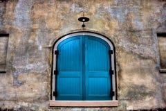 与灯具的双重蓝色门 库存图片