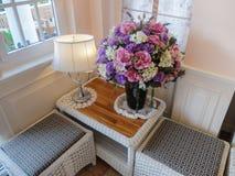 与灯和花瓶的经典壁角内部五颜六色的花 免版税图库摄影