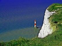 与灯塔的多弗白色峭壁 免版税库存图片