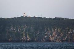 与灯塔的岸 库存图片