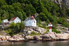 与灯塔的挪威海岸线 库存图片