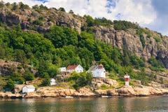 与灯塔的挪威海岸线 图库摄影