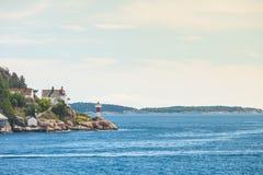 与灯塔的挪威海岸线 免版税图库摄影