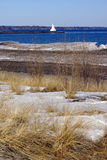与灯塔的斯诺伊风景 库存图片