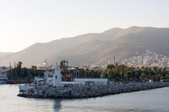 与灯塔的阿拉尼亚海岸在前面计划和棕榈树运送 库存照片