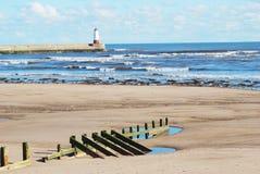 与灯塔的Spittal海滩和码头 免版税库存图片