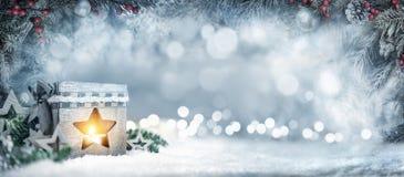 与灯笼、冷杉分支和bokeh光的圣诞节背景 免版税库存图片