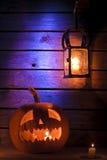 与灯笼和一个蜡烛的万圣夜南瓜 图库摄影