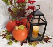 与灯笼和蜡烛的秋天静物画 免版税库存图片