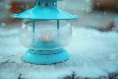 与灯笼和雪的圣诞节装饰 背景蓝色雪花白色冬天 库存图片