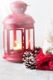 与灯笼,冷杉球果,雪的圣诞节或冬天家庭概念和温暖穿戴 库存照片