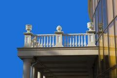 与灰泥回纹装饰的一个古老大阳台 库存照片