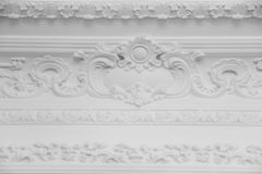与灰泥造型roccoco元素的豪华白色墙壁设计浅浮雕 免版税库存照片