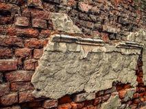 与灰泥遗骸的废墟在老砖墙上的 免版税库存照片