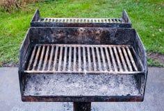 与灰的肮脏的金属烤肉格栅 免版税库存照片