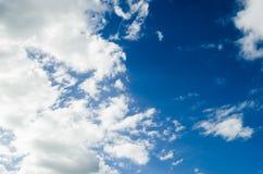 与灰色云彩的多云蓝天,与蓝色纹理的自然云彩背景和形状  免版税库存照片