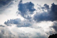 与灰色云彩的天空 免版税库存图片