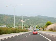 与灰色冬天天空的机动车路风景 免版税库存图片